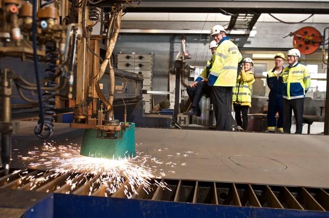 Startskottet för Kvarkenfärjan symboliseras av svetsflammorna från den maskin som på måndagen började arbeta med stålet. I bakgrunden Tomas Häyry och Hans Lindberg.