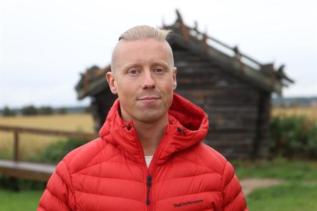 Programledaren Nicke Aldén fick se över 10 000 tranor och testa på väggklättring inne i vattentornet.