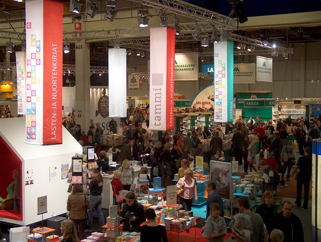 Helsingfors bokmässa får i år ett starkare svenskt inslag efter att det svenska bokförlaget Storytel har köpt upp det anrika finska förlaget Gummerus Kustannus.
