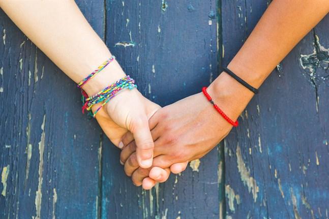 Kramar, kroppskontakt och att finnas där räcker långt när en vän behöver stöd, säger de unga. Och uppmana den som mår dåligt söka professionell hjälp