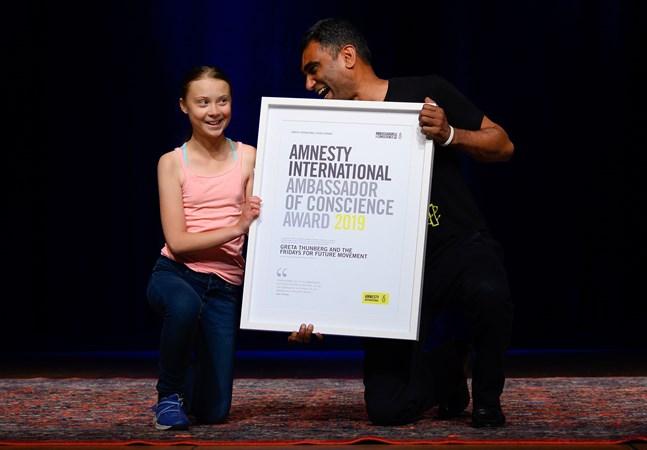 Greta Thunberg tillsammans med Amnesty Internationals generalsekreterare Kumi Naidoo vid prisceremonin i Washington DC.