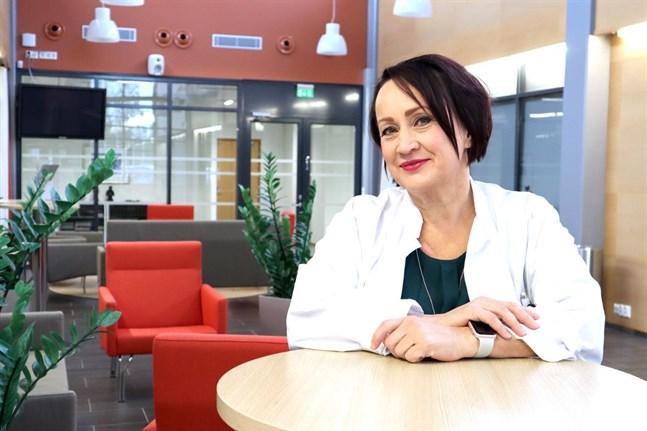 Pirjo Dabnell är specialistläkare i kvinnosjukdomar och gynekologi. Just nu jobbar hon som chefsöverläkare vid Mellersta Österbottens centralsjukhus, men tar också emot patienter.