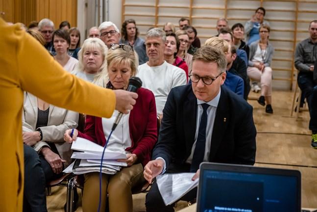 Mats Brandt håller fast vid sitt tidigare förslag om att skolan i Hirvlax läggs ner i augusti år 2022. På måndag behandlar stadsstyrelsen ärendet.