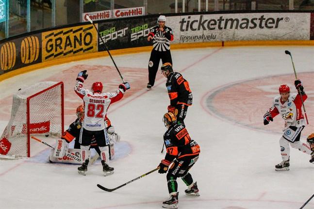 Chris DeSousa gjorde Sports enda mål i säsongspremiären mot Kärpät i lördags. Han stod för en av bortalagets många fullträffar mot KooKoo också.