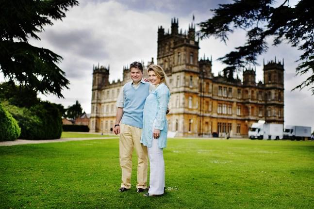 """Lord och Lady Carnarvon framför Highclere Castle 2011. På slottet har tv-serien """"Downton Abbey"""" har spelats in. Arkivbild."""