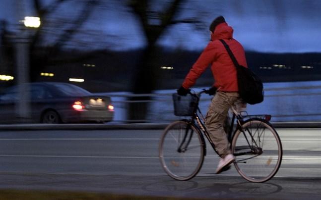 Föreningen Velova delar ut ledlampor till cyklister som saknar lyse på nya cykel- och gångbron i Dragnäsbäck. Utdelningen sker på fredagsmorgonen.