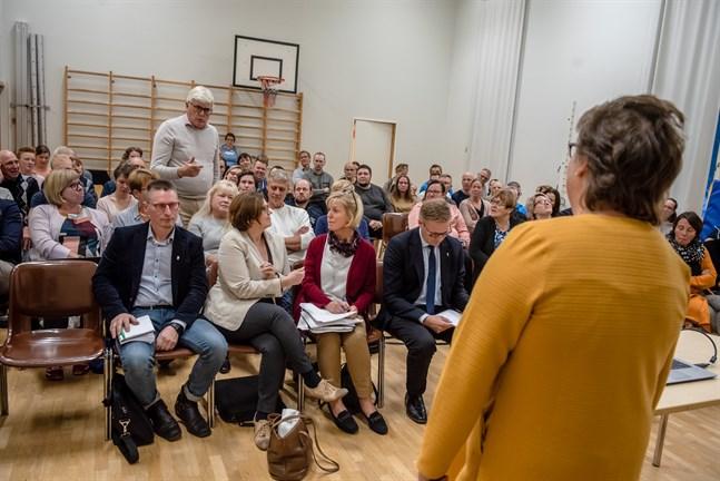 Både nämndordförande Anneli Häggblom med ryggen mot kameran och viceordförande Mikael Lindvall på första bänk vill stänga skolan i Hirvlax om tre år. I nämnden föll rösterna fyra mot fyra och Häggbloms röst avgjorde.