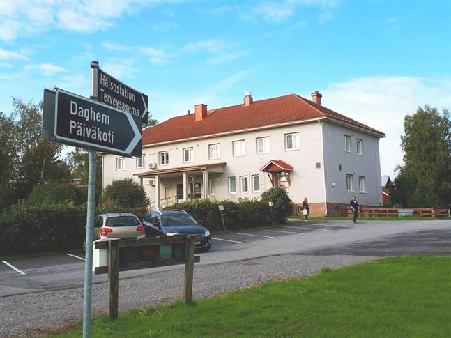 Om centraliseringen blir av  koncentreras småbarnspedagogiken tillKvevlax daghem, kommunalgården och Hankmo skola.