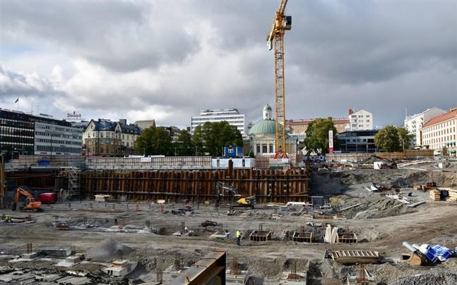 För tillfället utförs pålning av parkeringshuset vid Åbo salutorg. Pålarna går ner i berggrunden genom ett tjockt lerskikt, och de längsta pålarna är 40 meter långa.