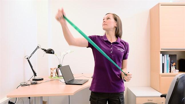 Motrörelser. Fysioterapeut Tiina Lillkvist visar olika rörelser för att mobilisera och stärka ryggen.