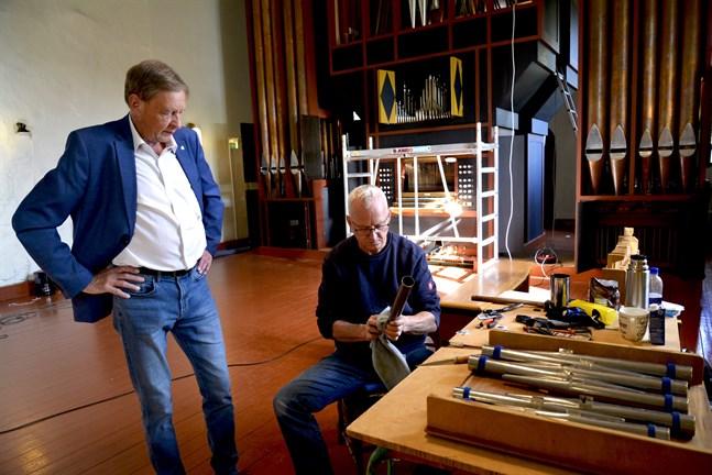 Bende Schmidt putsar piporna till orgelns huvudverk och byter packningar. Pensionerade kantorn Sam Lindén är också på plats.