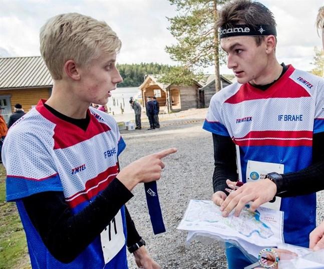 IF Brahes lag i H20 åker på ett avbräck inför helgens FM-tävlingar då Emil Johansson (till höger) inte kan starta. Nu tvingas Otto Gripenberg orientera sig fram i terrängen alltför väl medveten om att laget kommer att sakna ankare.