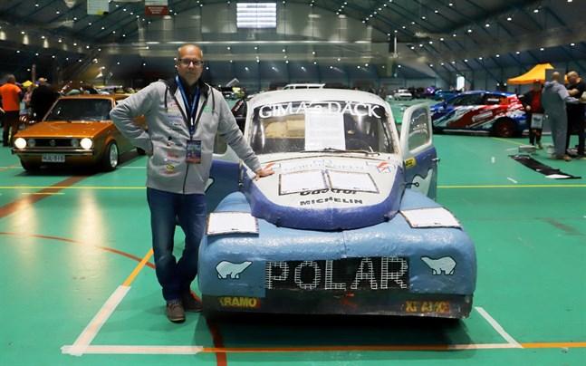 – Det här är en bil som många rallyintresserade känner igen, säger Jan Richardsson. Han är en av arrangörerna bakom West Coast Motor Show och här står han bredvid Grus-Kalles gamla PV.