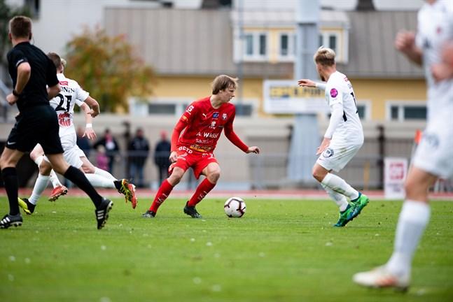 Severi Kähkönen i Jaro trivdes som vanligt med bollen framför fötterna mot TPV. Nästa vecka får han chansen att leda Jakobstadsregionen till slutturneringen inom skolfotbollen.