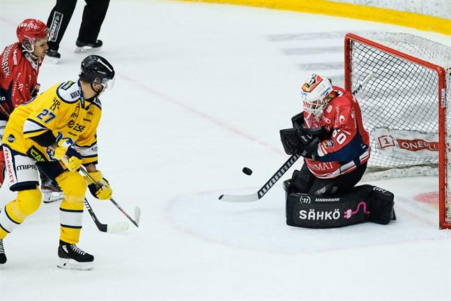 Mika Partanen, här i Jukurittröjan, provar på lyckan mot Sports ex-målvakt Mika Järvinen.
