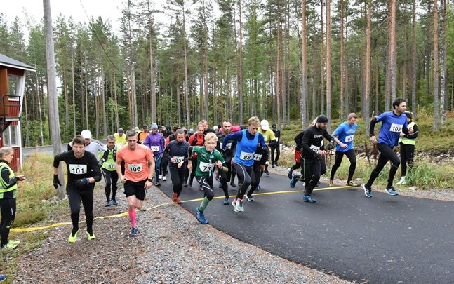 Det var gemensam start för de tre klasserna, men 12-kilometerslöparna tog till vänster. I främre ledet Thomas Ramstedt (101), Tobias Sax (106), Hannes Wägar (73), Jan Kaas (88), Johnny Granqvist (107), Johnny Rönnberg (97) och Jim Eriksson (108).