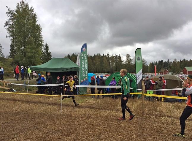 Pernilla Backlund spurtar i mål i FM-tävlingarna i Mynämäki.