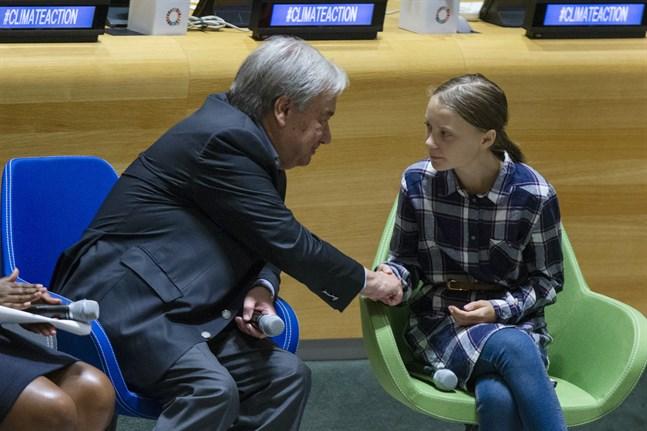 Klimataktivisten Greta Thunberg skakar hand med FN:s generalsekreterare António Guterres vid helgens ungdomstoppmöte i FN.