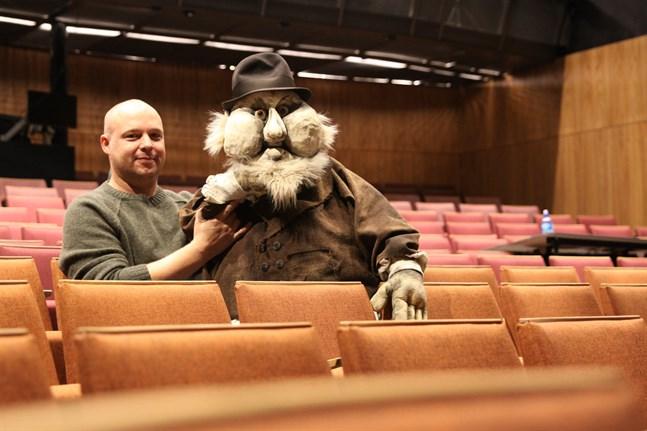 Närpesbördiga Jonas Bergqvist är dockförare till slaktaren Lazar i Wasa Teaters musikal Spelman på taket. Musikalen är teaterns jubileumsföreställning.