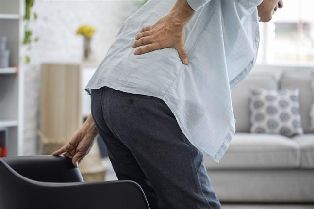 Kom smärtan i ryggen plötsligt och kraftigt eller är den lindrigare och har varat länge? Bägge är orsak att gå till läkare.