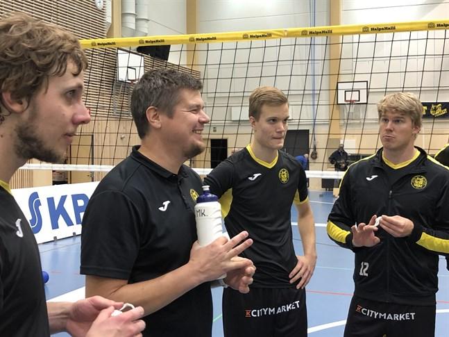 Tiikerit avslutade grundserien med en klar seger och blev fjärde i sluttabellen. Från vänster: Antti Leppälä, tränaren Mikko Keskisipilä, Rami Rekomaa och Benjami Montonen.