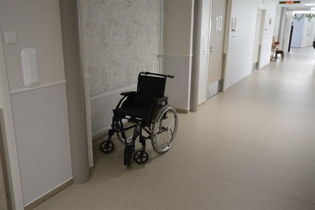 Fem närvårdare har från årsskiftet fått ordinarie befattningar på Villa Rosa i Närpes.