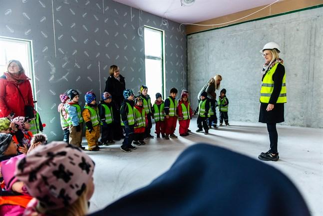 Bygget av Alma daghem har avancerat sedan Matilda Engström guidade runt dessa barn den 27 september 2019.