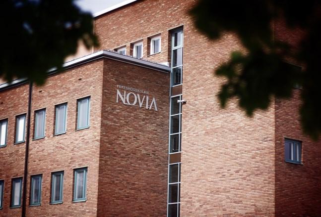 Yrkeshögskolan Novia måste betala skadestånd till en uppsagd lärare.