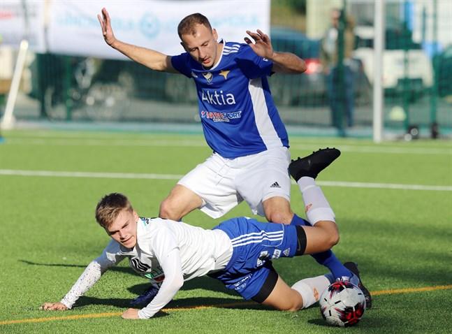 Ihor Indutnyi, i blått, gjorde en stabil säsong som vänsterback i Vasa IFK i fjol.