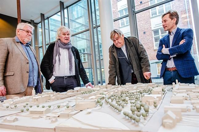 Lars Sund, Roger Wingren,  Pentti Murole och Jani Päivänen framför en modell av Jakobstads centrum.