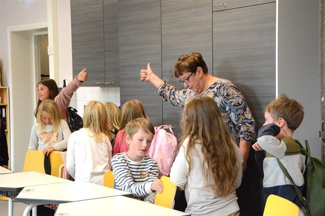 Lova Hannan visar tummen upp för Ann-Lis Rajasalo. På bilden syns också Rosa Kärkkäinen, Noa Eriksson och Elliot Lahitinen.