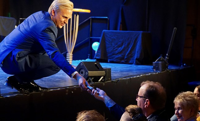 """Det kändes verkligen som att vi gjorde kvällen tillsammans, säger Janne Grönroos om den första """"Late night live""""-showen."""