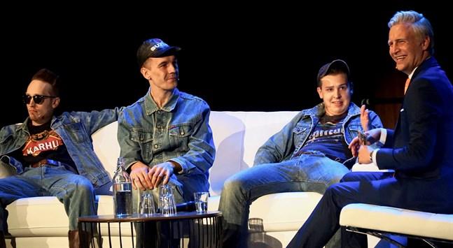 """Janne Grönroos (längst till höger) hade Vörjeans i """"Late night live""""-soffan. Rockabillytrion från Vörå är (från vänster) Määnin, Freppa och Tommy."""
