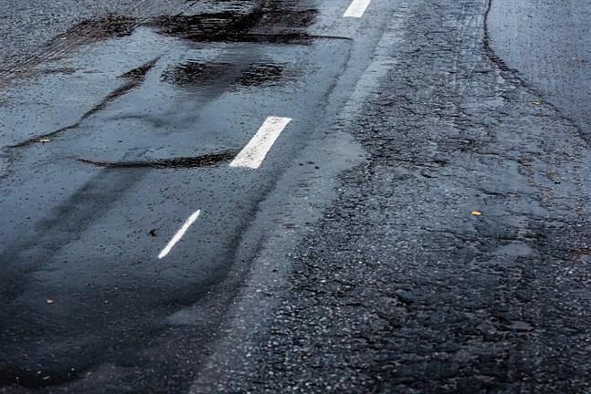 Den milda, våta vintern har gått hårt åt många vägar.