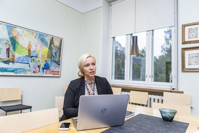 Johanna Holmäng konstaterar att det kan vara svårt för många att få ihop vardagen just nu.