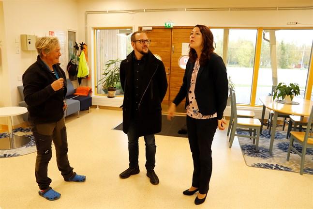 Läraren Margaretha Nyman-Klemets tog med Michael Kull och Ann-Sofi Backgren på en rundvandring i Bergö skola. En dörr bort finns biblioteket och bakom en annan dörr serviceboendet.