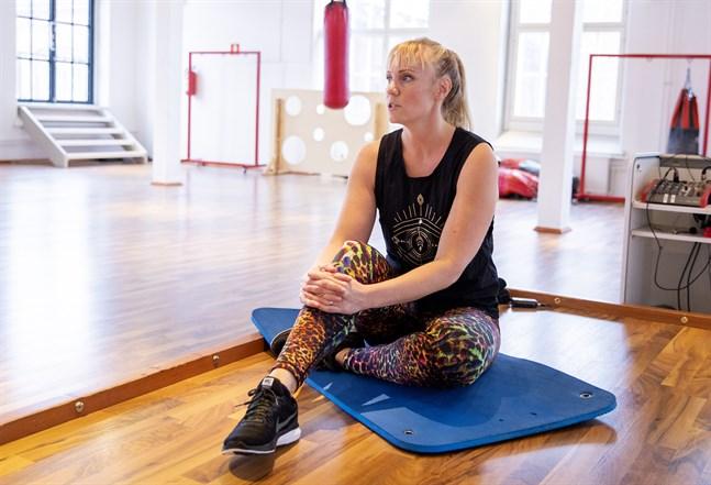 """Det har funnits stunder då Pia Valkeakari önskat sig en """"quick fix"""", en operation. Nu är hon inställd på att ryggen kommer att bli bra, men att det tar tid och kräver att hon inte kör på i gamla mönster."""