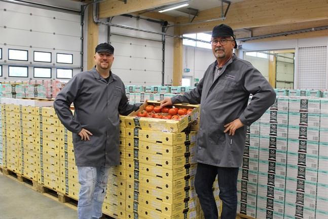 Närpes grönsakers försäljning och marknadsföringsdirektör Jonas Lundström och vd Stefan Skullbacka säger att de haft både lyckade och mindre lyckade testprodukter men i slutändan handlar det trots allt om att våga prova nya produkter.