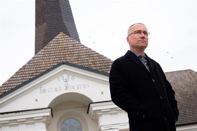 Pedersöre kyrka är en viktig plats för Erik Johansson. Därför känns det naturligt att han firar sin 50-årsdag med en välgörenhetskonsert just där.