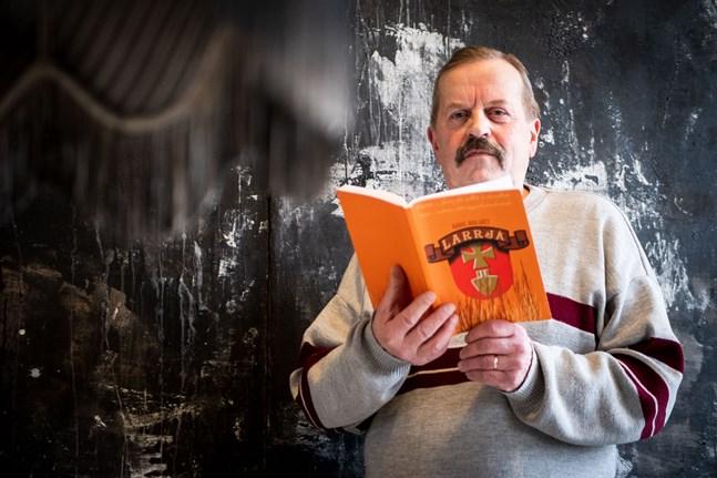 Stefan Nylund har skrivit en bok helt på Nedervetildialekt.