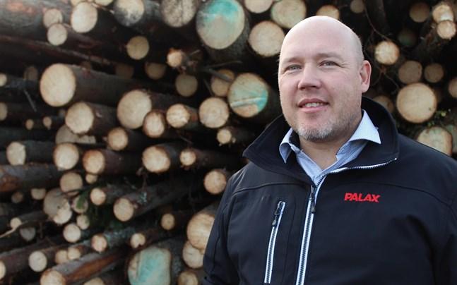 Kim Norrgård driver företaget Nova Forest och hjälper skogsägare från Kristinestad till Vasa.