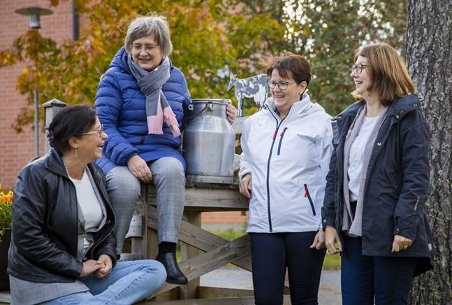 """Vad har en gammal mjölkkruka för roll när fyra kvinnor diskuterar framtidens äldrevård, speciellt demensvården? Svar: den kan användas för att skapa hemkänsla och förankring när minnet sviktar för """"mjölkkrukegenerationen"""". Debattörerna är från vänster Susanne Jungerstam, Alice Backström, Monika Björkqvist och Annika Wentjärvi."""