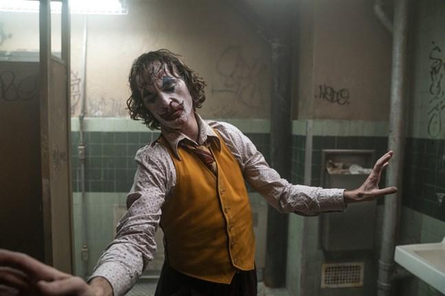 """Joaquin Phoenix bär filmen """"Joker"""" på sina späda axlar och dansar i mål som en fullständig galning."""