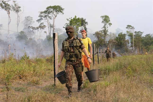 Militärer bistår i släckningsarbetet i den brasilianska delstaten Rondonia. Arkivbild från den 29 augusti.