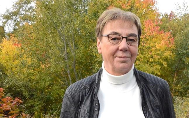 Gun Forsman ger över ordförandeskapet i äldrerådet i Närpes.