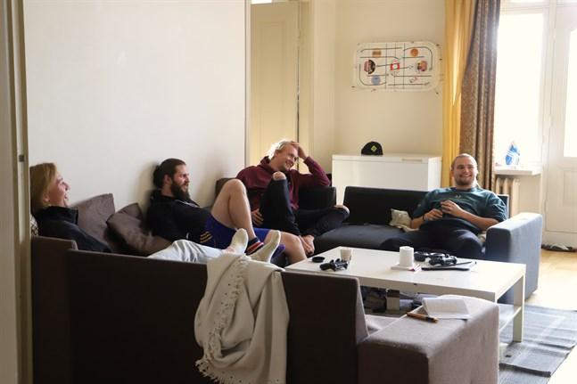Frans Villanen, Benjamin Hoffren, Dennis Brandt och Otto Väärä lever kollektivliv i den centrala femrummaren i Vasa. På väggen hänger ett söndrigt hockeyspel som en tidigare invånare fick gratis.