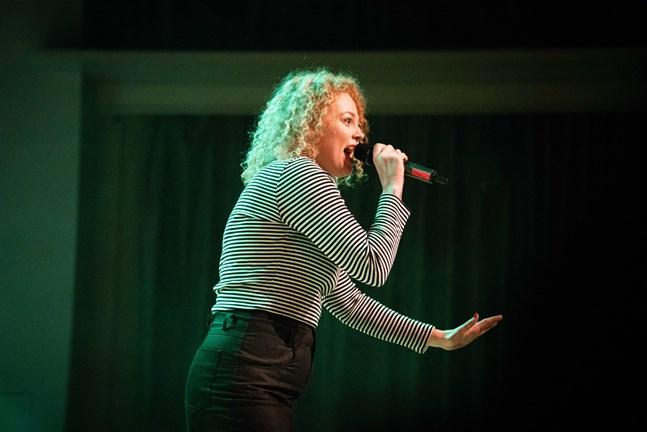 Rebecca Varhama är den ena artisten på den första Ernst Unplugged-kvällen.