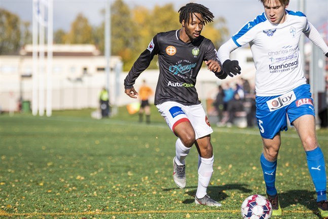 Will Inalien i JBK och Taneli Hämäläinen i KuFu-98 i en division två-match i oktober.