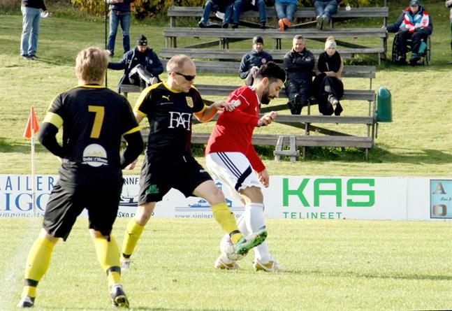 Kaskö IK:s Vanja Pobor, i duell med Niklas Knutar i NIK hösten 2019. Simon Kula (7) med ryggen mot kameran.