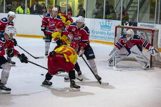 Jakob Hellström gjorde säsongens första mål mot Kraft. Här försöker han förgäves mot IFK Lepplax.